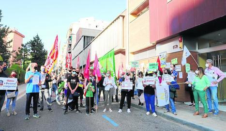 Representants sindicals del sector van protestar davant la delegació d'Educació.