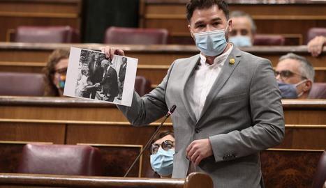 Rufián, ahir al Congrés, amb la imatge de Felip VI i Franco.