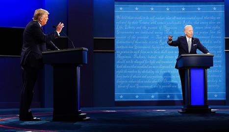 El president Donald Trump i el demòcrata Joe Biden, durant el seu primer cara a cara, a Cleveland.