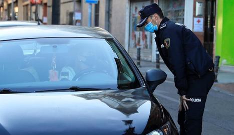 Un policia realitza un control en una de les zones que, actualment, es troben confinades a Madrid.