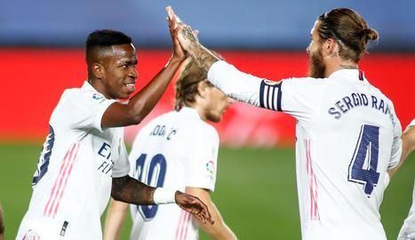 Vinícius celebra l'únic gol del partit amb Sergio Ramos.