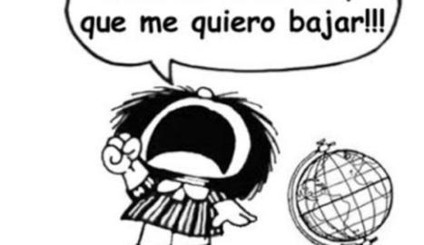 Imatge d'arxiu de Quino acariciant una figura del seu personatge Mafalda.