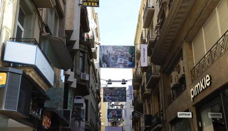 El carrer Major de Lleida acull una exposició de fotografies de gran format sobre l'1-O