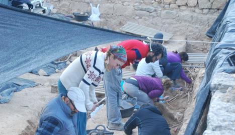 Ares Vidal (dreta) a la fossa del Soleràs, on van trobar les restes de 127 persones.