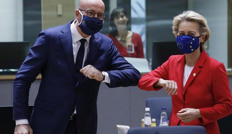 Michel i Von der Leyen se saluden abans de la cimera europea.