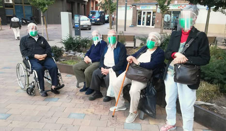 Imatge dels cinc usuaris de la residència d'Adesma que van sortir a passejar dimecres.