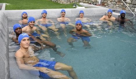 Els jugadors del Lleida Esportiu relaxant-se ahir en terres araneses.