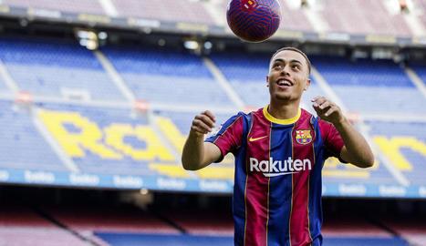 Sergiño Dest ja va trepitjar ahir la gespa del Camp Nou i avui serà presentat de forma telemàtica.