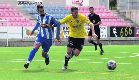 Marc Martínez intenta agafar la pilota malgrat l'oposició d'un defensor de l'Eixea.