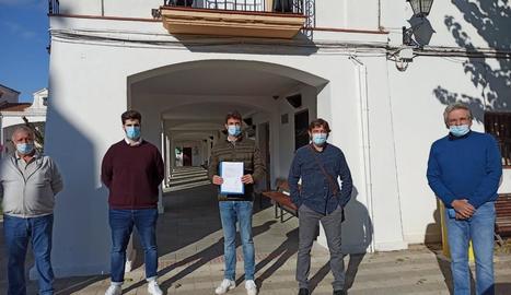 Alcolea i Pérez, segon i tercer per l'esquerra, amb edils del PP.