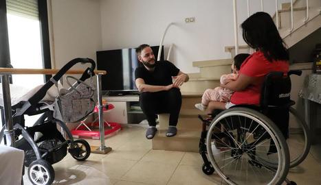 Carmen Mejía, la seua parella Rubén i la petita Valentina a casa.