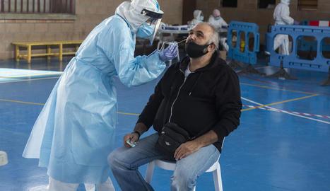 Un home al sotmetre's divendres a una prova PCR a Cervera.