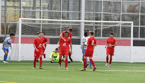 Els jugadors de l'Alpicat s'abracen al marcar un dels vuit gols que van aconseguir al partit.