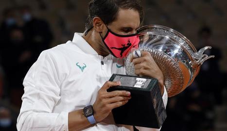 Nadal, amb la mascareta posada, fa un petó al trofeu de Roland Garros, el torneig amb què ha engrandit més la seua llegenda al conquerir tretze títols.