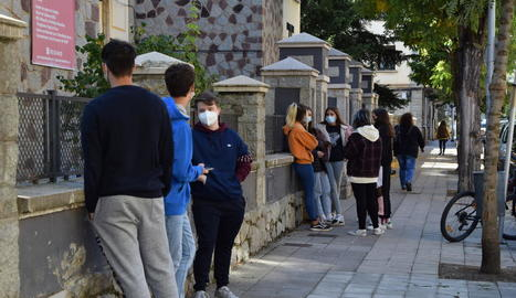 Alumnes de l'institut Joan Brudieu esperant a fer-se el PCR.