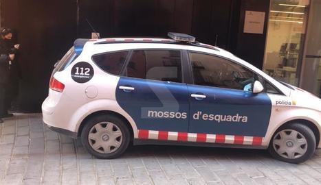 El vehicle policial que ha portat l'acusat fins el jutjat de Balaguer.