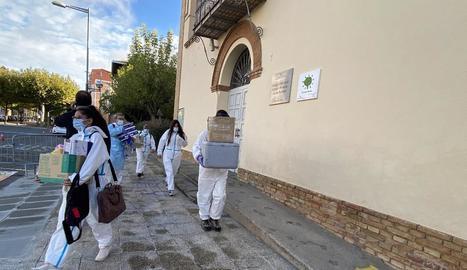 Personal sanitari que ahir va dur a terme proves PCR a l'escola Jaume Balmes de Cervera.