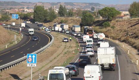 Cues de dos quilòmetres a l'A-2 a Lleida al fer la tisora un camió