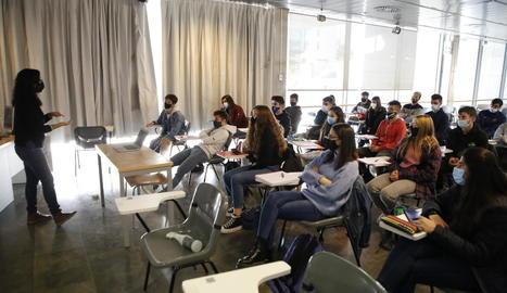 Alumnes de la facultat d'Educació, durant una classe presencial ahir al matí.