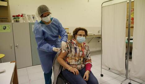Dos de les primeres persones que ahir es van vacunar de la grip al centre cívic de Cappont.