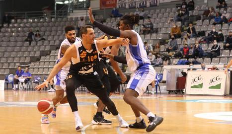 Miki Feliu controla una pilota davant la defensa d'Adekoya.
