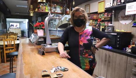 Marta Teixidó, ahir al seu bar ja tancat a la Granja d'Escarp, municipi sense casos actius.