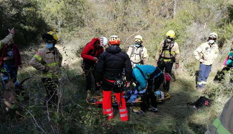 Voluntaris i equips d'emergència durant la recerca d'ahir.