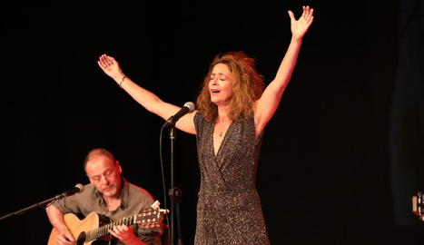 La cantant francoportuguesa Bévinda va presentar a Lleida els temes del seu nou àlbum, 'Mes suds'.