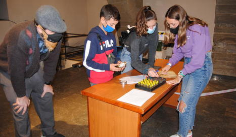 Diversos joves, en una de les proves de l''escape room'.