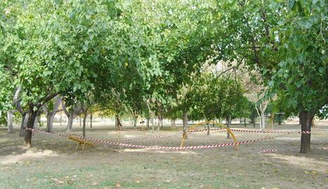 Vista del parc de la Serra de Mollerussa precintat, on diumenge hi va haver una festa il·legal.