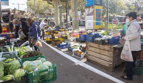 Mercat controlat a Tàrrega - La Policia Local de Tàrrega va actuar ahir per evitar aglomeracions al mercadillo. Per la seua part, l'ajuntament de Lleida va alertar que tancarà els mercadillos si no es respecten les restriccions i el de Molleru ...