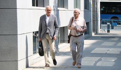 Imatge d'arxiu de l'extresorer de CDC Daniel Osàcar (dreta), amb el seu advocat, Xavier Melero.