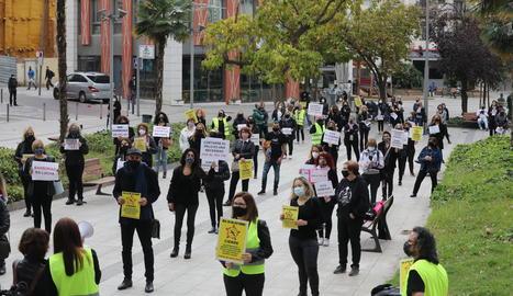Al voltant de 150 perruquers i perruqueres es van concentrar ahir a Lleida per exigir la baixada de l'IVA al sector.
