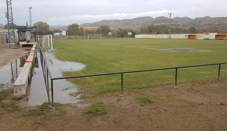 El camp de futbol després de retirar l'aigua que el va inundar dilluns.