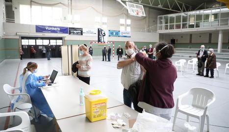 Vacunes contra la grip a la població de risc en pavellons de Lleida i Térmens