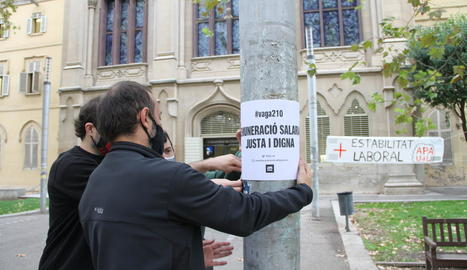 El moment en què penjaven cartells i pancartes davant el Rectorat de la UdL.