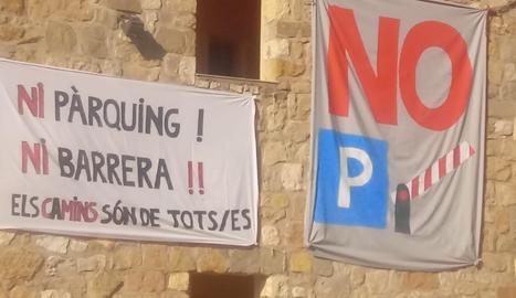 Pancartes de protesta aquest estiu contra el pàrquing de Corçà.