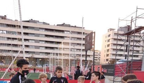 Un entrenador de l'Atlètic Segre fent una xerrada en anglès als seus jugadors. Dreta, jugadores del Club Bàsquet Lleida.