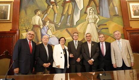 Companys, segon per la dreta, al costat de gairebé tots els presidents de la Diputació en democràcia.