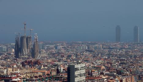 Vista de la ciutat de Barcelona durant un episodi d'alta contaminació per partícules.