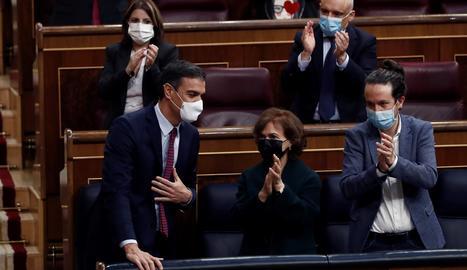 El president del Govern espanyol, Pedro Sánchez , és aplaudit pels vicepresidents de l'Executiu, Carmen Calvo i Pablo Iglesias, després de la seua intervenció en la segona sessió del debat de moció de censura presentada per Vox, aquest dijous al Congrés.