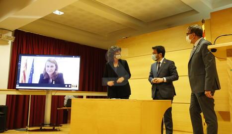 El vicepresident del Govern i conseller d'Economia i Hisenda, Pere Aragonès; la consellera d'Agricultura, Ramaderia, Pesca i Alimentació, Teresa Jordà, i el president de la Diputació, Joan Talarn, aquest dijous a Lleida.