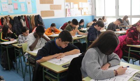 Alumnes de quart d'ESO a l'efectuar les proves el mes de febrer passat.