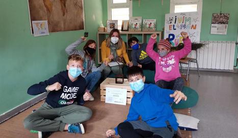 Els nens de l'escola de Sant Ramon celebren que són els guanyadors del concurs.