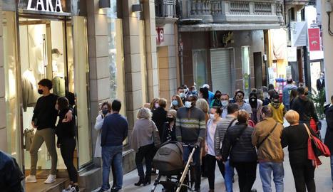 Cues a l'Eix - Les mesures aprovades pel Procicat fa més d'una setmana redueixen l'aforament al 30% als establiments i locals comercials. Per aquesta raó, al llarg d'aquests dies o ahir dissabte es podien veure cues per entrar en algunes  ...
