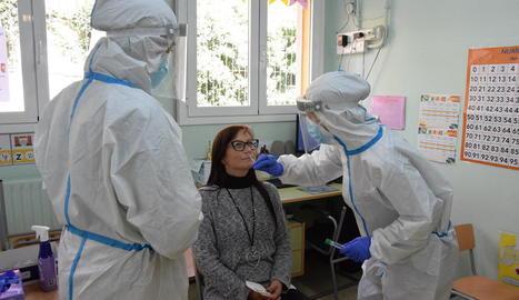 El departament de Salut va fer proves PCR a l'escola Pau Claris de la Seu la setmana passada.