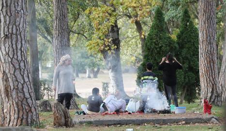 Turistes dissabte al pàrquing de la Masieta, al congost.
