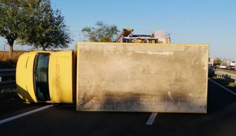 El vehicle bolcat aquest dilluns a l'A-2 a Vila-sana.