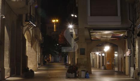 El carrer Major de Lleida, diumenge a la nit després del toc de queda.
