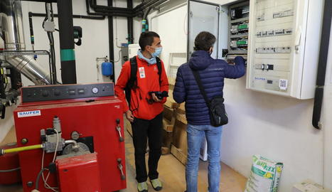 Tècnics municipals inspeccionant la instal·lació elèctrica del col·legi Francesco Tonucci, ahir.